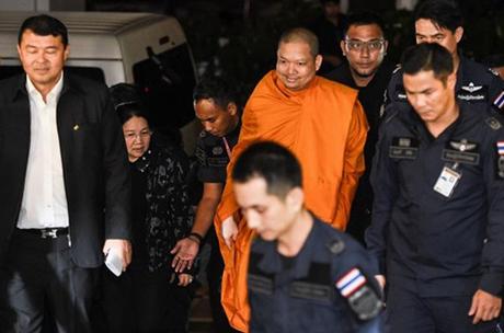 Wiraphon Sukphon bị cảnh sát áp giải sau khi dẫn độ từ Mỹ về Bangkok, Thái Lan hồi năm ngoái. Ảnh: Nation