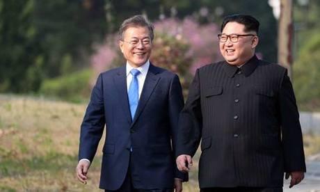 [Caption]Ảnh: Tổng thống Hàn Quốc Moon Jae-in (trái) và lãnh đạo Triều Tiên Kim Jong-un tại hội nghị thượng đỉnh ngày 26/4 ở Panmunjom. Ảnh: Korea Summit Press Pool.