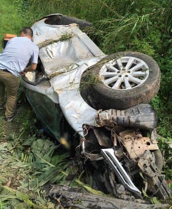 Chiếc xe bị cướp hư hỏng nặng khi lao xuống ruộng. Ảnh: B.M