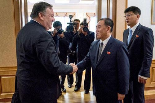 Ngoại trưởng Mỹ Mike Pompeo (trái) bắt tay Phó chủ tịch đảng Lao động Triều Tiên Kim Yong-chol