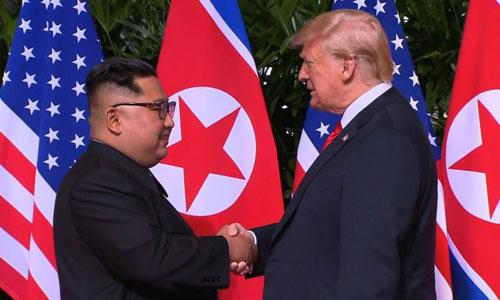 Trump (phải) và Kim Jong-un trong cuộc gặp thượng đỉnh ở Singapore hồi tháng 6. Ảnh: Reuters.
