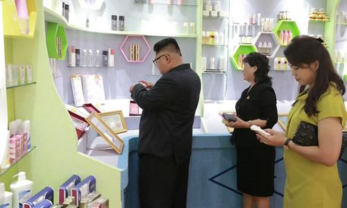 Lãnh đạo Triều Tiên Kim Jong-un và phu nhân Ri Sol-ju (ngoài cùng bên phải) tới thăm nhà máy mỹ phẩm Sinuiju ở phía bắc tỉnh Pyongan hôm 1/7. Ảnh: Yonhap.