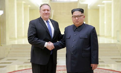 Ngoại trưởng Mỹ Mike Pompeo (trái) bắt tay lãnh đạo Triều Tiên Kim Jong-un trong chuyến thăm Bình Nhưỡng hồi tháng 5. Ảnh: KCNA.