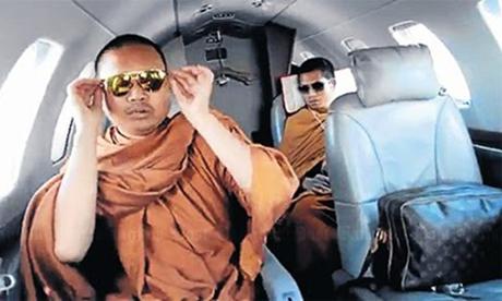 Wiraphon Sukphon đeo kính râm, xách túi Louis Vuitton, ngồi trên máy bay tư nhân