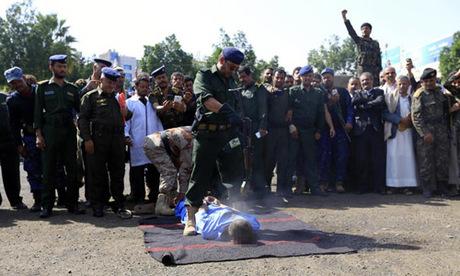 Cảnh sát bắn một trong ba phạm nhân trong vụ hành hình ở quảng trường Tahrir hôm 8/8. Ảnh: Enquirermag.