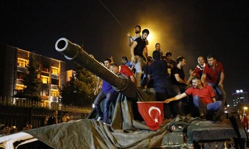 Người dân Thổ Nhĩ Kỳ trèo lên xe tăng của phe đảo chính. Ảnh:Reuters.