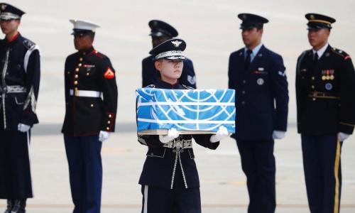 Hài cốt lính Mỹ được đưa từ Triều Tiênđến Osan, Hàn Quốc ngày 27/7. Ảnh: Reuters.