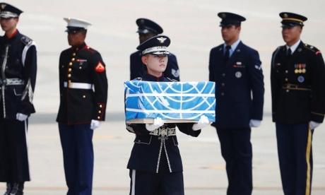 Hài cốt lính Mỹ được đưa từ Triều Tiên đến Osan, Hàn Quốc ngày 27/7. Ảnh: Reuters.