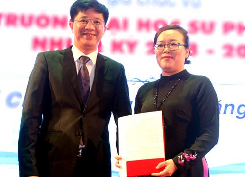 Nữ tiến sĩ nhận quyết định bổ nhiệm Hiệu trưởng Đại học Sư phạm TP HCM. Ảnh: Mạnh Tùng.