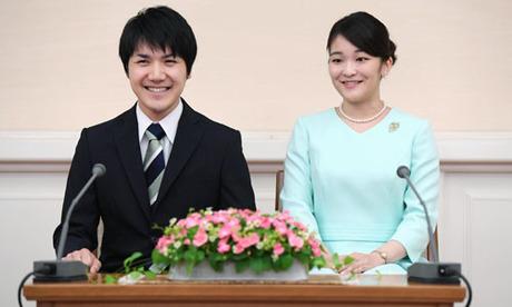 Công chúa Mako (trái) và hôn phu Kei Komuro thông báo về việc đính hôn trong buổi họp báo tại Tokyo vào tháng 9/2017. Ảnh: Kyodo.