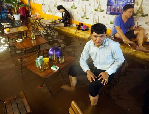 Cơn mưa lớn giữa tháng 5 khiến hơn 30 tuyến đường và hàng nghìn nhà dân ở TP HCM ngập nặng. Ảnh: Quỳnh Trần.