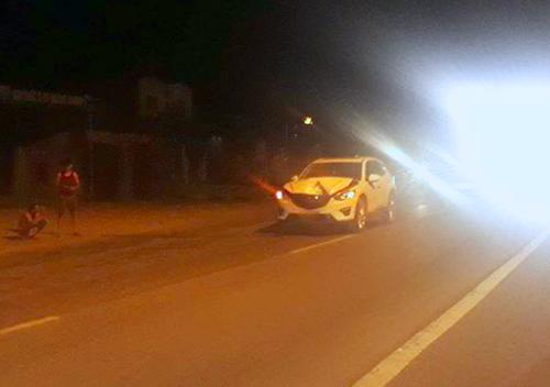 Ôtô 5 chỗ hư hỏng nặng sau khi tông chết con bò. Ảnh: Đ.H