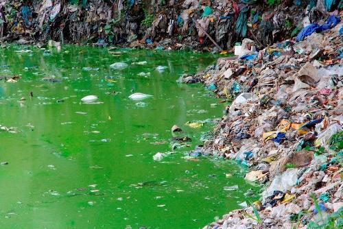 Dòng sông Ngự Hà bị ô nhiễm nặng do rác thải. Ảnh: Võ Thạnh