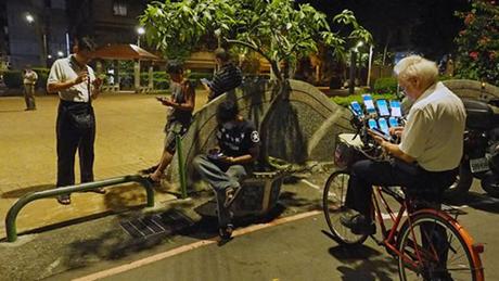 Ông Chen dành tất cả thời gian rảnh để đi bắt Pokemon quanh các đường phố và công viên Đài Bắc. Ảnh: EPA