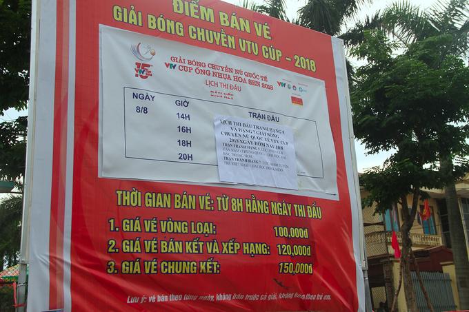 Người hâm mộ đặt gạch giữ chỗ ở giải bóng chuyền VTV Cup