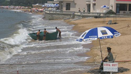 Lực lượng an ninh canh gác bãi biển Bắc Đới Hà năm 2013. Ảnh:SCMP.