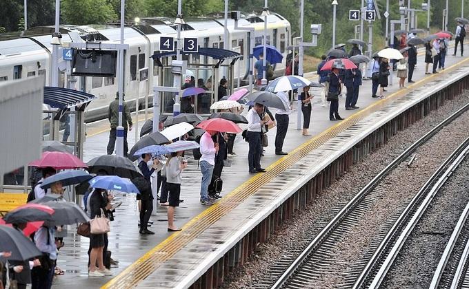 Dân London bắc ghế lội qua chỗ ngập vì mưa lớn