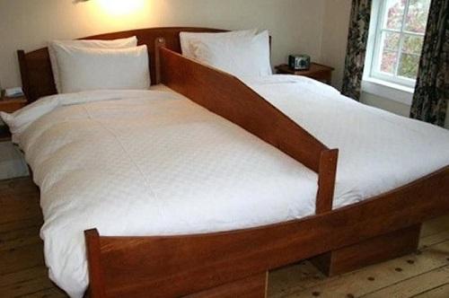 Chiếc giường ngăn đôi.
