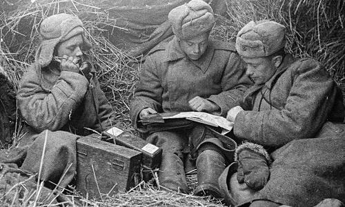 Các binh sĩ liên lạc vô tuyến của Liên Xô thời Thế chiến II. Ảnh: RBTH.