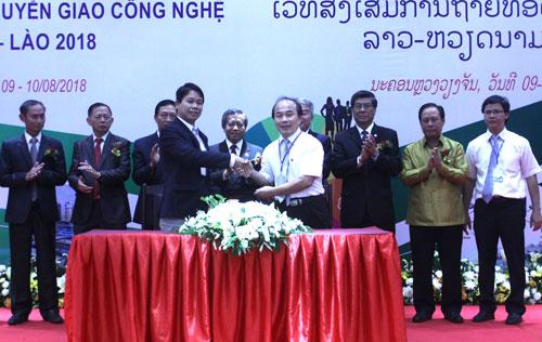 Ký kết giữa Đại học Quốc gia Hà Nội và Đại học Quốc gia Lào. Ảnh: Thu Hiền.