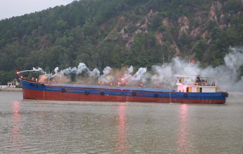 Thuyền viênphát tín hiệu bằng pháo khói và đuốc cầm tay khi tàu vừa gặp nạn. Ảnh: Nguyễn Hải.