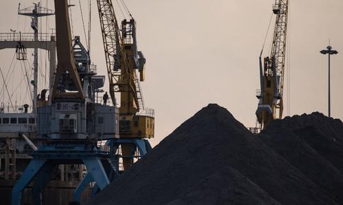 Các lô than xếp tại cảng Rason của Triều Tiên, khu vực giáp biên giới Trung Quốc và Nga. Ảnh: AFP.
