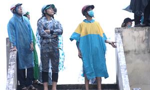 CĐV đội mưa xem buổi tập cuối của Olympic Việt Nam