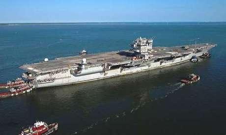 Tàu Enterprise được kéo tới nhà máy Newport News hồi năm 2013. Ảnh: USNI.