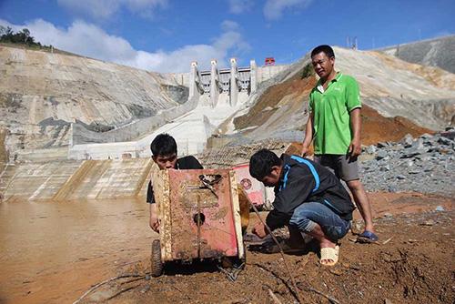 Tài sản bị cuốn trôi sau sự cố vỡ hầm dẫn dòng thủy điện sông Bung 2 hồi tháng 9/2016. Ảnh: Đắc Thành.