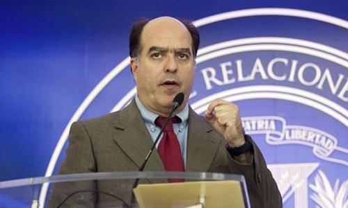 Julio Borges trong buổi họp báo tại Santo Domingo, thủ đô của Dominica ngày 7/2. Ảnh: AFP.