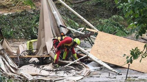 Lều trại bị phá hủy ở khu cắm trại Saint-Julien-de-Peyrolas sau trận lũ hôm 9/8. Ảnh: AFP.