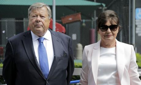 Vợ chồng Viktor và Amalija Knavs trong lễ nhập tịch ở Manhattan, New York hôm 9/8. Ảnh: AP.