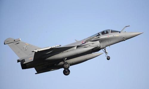 Chiến đấu cơRafale chuẩn bị hạ cánh tại căn cứ ởSaint-Dizier, Pháp tháng 2/2015. Ảnh: Reuters.