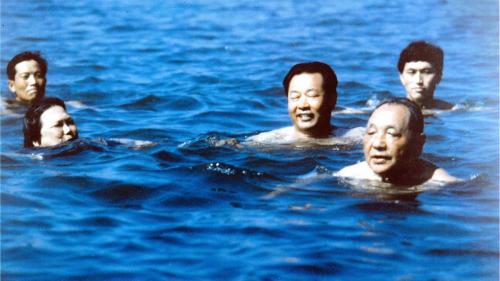 Cố lãnh đạo Trung QuốcĐặng Tiểu Bình (phía trước, bên phải) đi bơi ở Bắc Đới Hà tháng 7/1987. Ảnh:Xinhua.