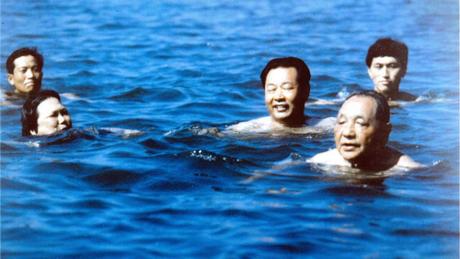 Cố lãnh đạo Trung Quốc Đặng Tiểu Bình (phía trước, bên phải) đi bơi ở Bắc Đới Hà tháng 7/1987. Ảnh: Xinhua.