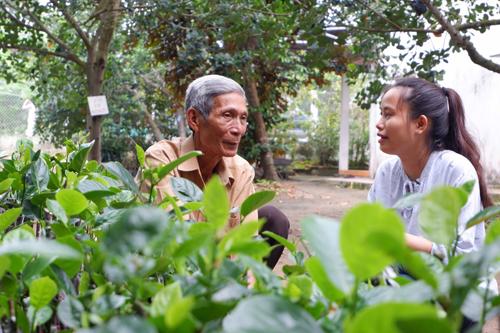 Ông Trần Minh Mẫn (bên trái) nhân giống thành công mít không hạt ở huyện Cái Răng, thành phố Cần Thơ. Ảnh: Bizmedia
