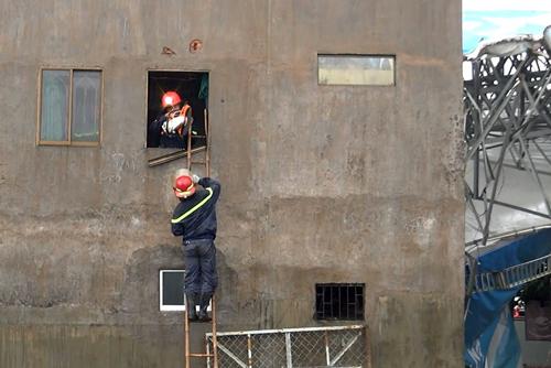 Lực lượng cứu nạn tiến vào nhà giải cứu. Ảnh: Tin Tin