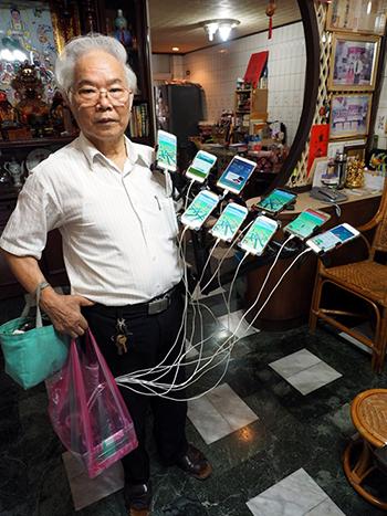 Ông Chen và các thiết bị công nghệ dùng để bắt Pokemon. Ảnh: EPA
