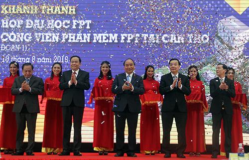 Thủ tướng cắt băng khánh thành giai đoạn 1 Tổ hợp đai học FPT Cần Thơ. Ảnh: Cửu Long