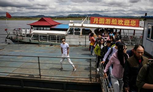 Một đoàn khách Trung Quốc tham quan khu vực biên giới gần Triều Tiên hồi tháng 9/2017. Ảnh:Kevon Frayer.