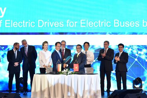 Đại diện VinFast và Siemens ký kết hợp tác.