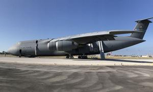 Khoảnh khắc vận tải cơ Mỹ mài bụng dọc đường băng vì hỏng càng đáp