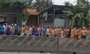Hàng trăm học viên cai nghiện hò hét trên quốc lộ ở Tiền Giang
