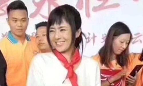 Sora Aoi đeo khăn quàng đỏ tại sự kiện cho công tyBaizhentang tổ chức ngày 29/7. Ảnh: 163.com.
