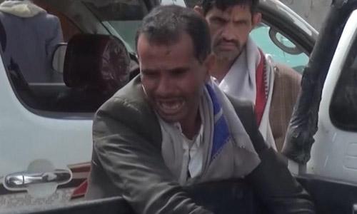 Người cha đau đớn khi nhận ra thi thể con trai trên chiếc xe bán tải sau vụ không kích hôm 9/8. Ảnh: CNN.