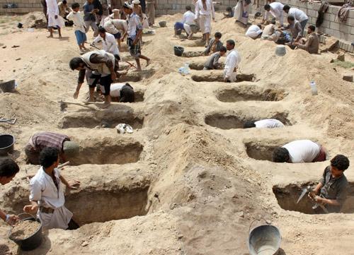 Người Yemen hôm 10/8 đào mộ cho những đứa trẻ thiệt mạng trong trận không kích. Ảnh: AFP.