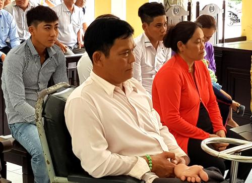 Hùng (giữa - ngồi xe lăn) bỏ trốn khi bị tuyên án 9 tháng tù giam. Ảnh: Nguyệt Tạ.