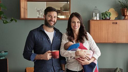 Thủ tướng Ardern, bạn đời Gayford và con gái Neve tại nhà ở Auckland trong bức ảnh gia đình được công bố hồi đầu tháng. Ảnh: TVNZ