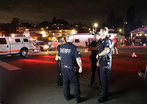 Cảnh sát đứng ở bến phà ởSteilacoom, bang Washington gần nơi Lực lượng Tuần duyên Mỹ cho biết đang ứng cứu một vụ đâm máy bay. Ảnh: AP.