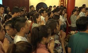 Người Hà Nội chen chân đi lễ ngày đầu tháng Vu Lan
